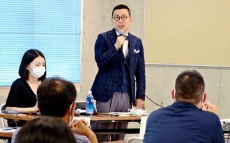 県内の教員向けに講演する韓昌完教授。「教師の主観で発達障がいというレッテルを貼るのは危うい」と戒める=7月、本島中部