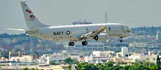 爆音を響かせ嘉手納基地に着陸する米軍機=18日午後、北谷町砂辺(長崎健一撮影)