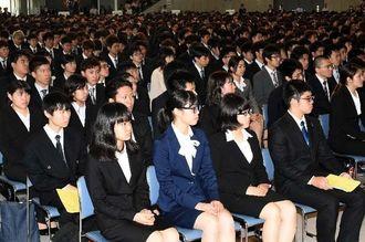 緊張した面持ちで入学式に臨む琉球大学の新入学生=5日午前、宜野湾市・沖縄コンベンションセンター展示棟