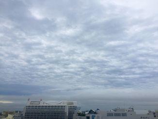 那覇では夕方から雨が上がり、空が明るくなってきました=8日午後4時50分ごろ