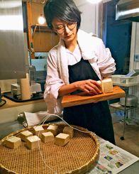 切った豆腐に塩をまぶし、ざるに並べる。豆腐の大きさは通常よりも少し大きめ