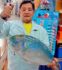 金武海岸で55センチ、3・3キロのマクブを釣った山田朝雄さん=20日