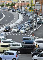 イオンモール沖縄ライカムのオープンで、渋滞する国道330号=25日午後0時26分、北中城村のライカム交差点