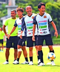 笑顔でパス練習をする(右から)小松駿太、小野伸二、富所悠ら=金武町陸上競技場(新垣亮撮影)