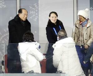 平昌冬季五輪の開会式で韓国の文在寅大統領(手前右)と握手する北朝鮮の金与正氏(奥中央)。同左は金永南最高人民会議常任委員長=9日(共同)
