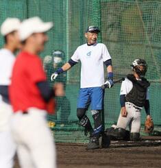 智弁和歌山高の選手に打撃を披露し、笑顔を見せるイチローさん=4日、和歌山市