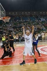 ファンに向かって全身で優勝の喜びを表現する岸本隆一(photo by Junya Nashiro)