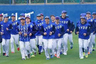 プロ野球キャンプがスタート。ランニングをするDeNAの選手たち=1日午前10時すぎ、宜野湾市・アトムホームスタジアム宜野湾(下地広也撮影)