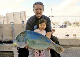 本部海岸で68・5センチ、6・89キロのマクブを釣ったチーム笛吹隊の伊波智樹さん=15日