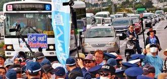 抗議集会参加者と機動隊が車道でもみ合い渋滞する国道330号=6日午後4時2分、北中城村・キャンプ瑞慶覧在沖縄米軍司令部の石平ゲート前
