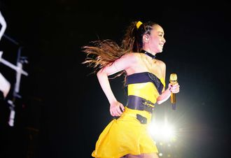 ステージいっぱいに、疾走感溢れる舞台を展開した安室奈美恵