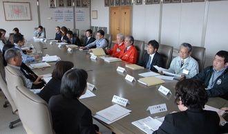 2月10日に沖縄市役所で開かれた子どもの貧困に関連する部署でつくる庁内連絡会議
