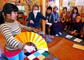 岩手県大槌町の仮設集会所を訪れ、被災者を前に琉舞を紹介する又吉さん。この後に「つる」を歌った=ことし3月(稲垣暁さん提供)