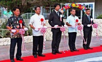 テープカットする清川浩志代表(中央)、上原裕常市長(左から2人目)ら=10月30日、糸満市摩文仁