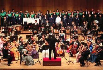 合唱で中学生ら市民もステージに加わったシュガーホールオーケストラのコンサート=南城市・シュガーホール