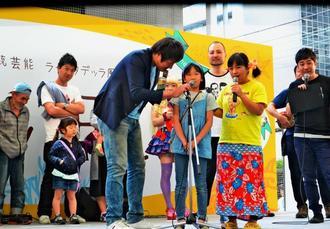 家族への感謝の思いを叫ぶ来場者ら=3日、川崎市の複合商業施設「ラ チッタデッラ」