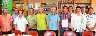 県の山城毅農林水産部長(左から6人目)からエコファーマーの認定を受けた多良間村のサトウキビ農家や行政の関係者ら=17日、県庁