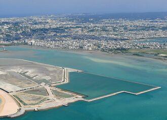 沖縄市の東海岸に広がる泡瀬干潟。人工島(中央)を囲む形で保護する計画がある=2018年5月