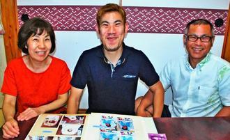 手術を終え「不安がなくなった」と笑顔で話す浦崎隆之介さん(中央)と父直隆さん(右)、母小百合さん=豊見城市名嘉地の自宅