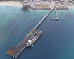 沖縄防衛局が使用を検討している琉球セメント所有の桟橋=15日、名護市安和(沖縄ドローンプロジェクト提供)