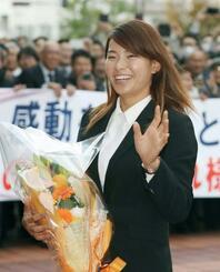 岡山県庁を訪れ、集まった市民に笑顔で手を振る渋野日向子選手=6日午後
