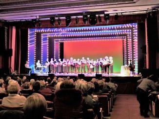 日頃の練習の成果を披露した老人カルチャーセンターの発表会=ミラノ・ヌオーヴォ劇場