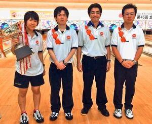 4人チーム戦で優勝を飾った沖縄A。(左から)加藤菜緒、宇良真、下地良信、宇良晃(提供)