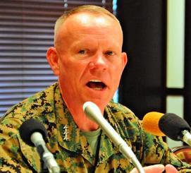 意見交換会で記者団の質問に答えるニコルソン四軍調整官=8日、米軍キャンプ瑞慶覧