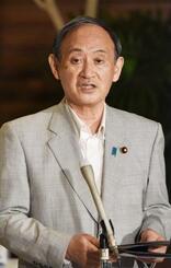 記者団の取材に応じる菅首相=4日午後、首相官邸