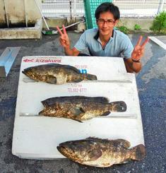 平敷屋海岸で67・5センチ、5・1キロのミーバイを釣った仲間正也さん=8月9日