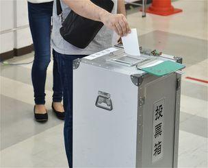 24日午前7時から県民投票が実施されている