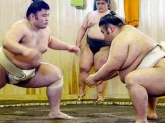 常盤山部屋で立ち合いの確認を行う貴景勝(右)=20日、東京都板橋区(代表撮影)