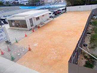 校舎の前に設置された仮グラウンド=8日、市立上間小学校(那覇市教育委員会提供)