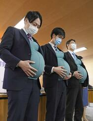 妊婦体験ジャケットを着用した自民党衆院議員の(左から)小倉将信氏、鈴木憲和氏、藤原崇氏=8日午前、東京・永田町の党本部