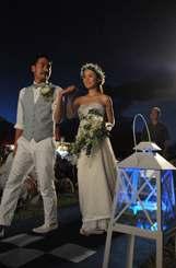 「星空ウエディング」でバージンロードを歩く(左から)高畠海さん梓さん夫妻=石垣市・南ぬ浜町緑地公園