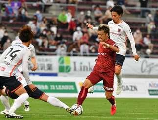FC琉球-大宮 後半、ゴール前に攻め込むFC琉球の風間宏矢=タピック県総ひやごんスタジアム