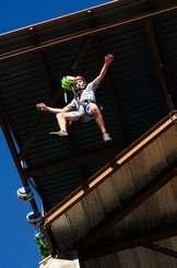 高さ13メートルから地上に急降下する「GoFALL(ゴーフォール)」(プロジェクトアドベンチャージャパン提供)