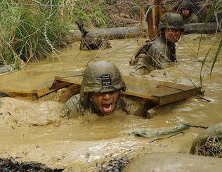 ジャングルでの戦闘を想定し訓練する米海兵隊=2013年1月、国頭村・米軍北部訓練場