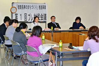 委嘱を受けた委員が、村民の健康づくりについて話し合った=12月26日、北中城村役場
