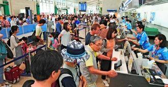 Uターンラッシュで混雑する那覇空港のロビー=5日午後0時56分