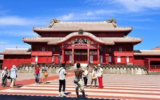 琉球王国の中枢だった首里城には沖縄を象徴する観光地として多くの人が訪れる
