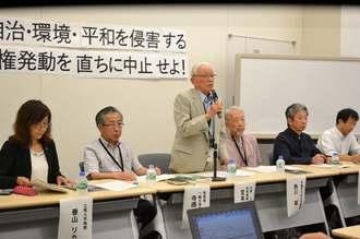 辺野古や高江での基地建設を強行する政府への抗議声明を公表する宮本大阪市立大名誉教授(中央)ら=9日、東京・国会内