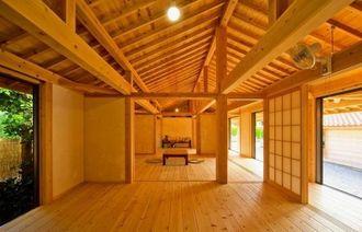 第10回木の建築賞を受賞したクロトンが手掛けた「瀬底島の家」(同社提供)