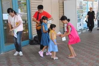 買い物客に募金を呼び掛ける「ひまりちゃんを救う会」のメンバーら=17日、うるま市・イオン具志川店