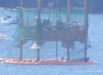 スパット台船で作業をする作業員=29日午前10時35分ごろ、名護市の大浦湾