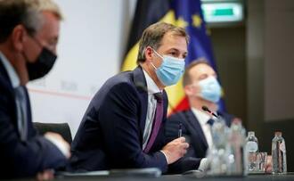 ブリュッセルで記者会見するベルギーのデクロー首相=11日(ロイター=共同)