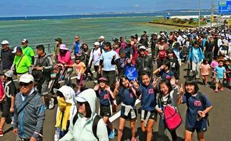 浦添西海岸道路でウオーキングを楽しむ参加者=11日午後、浦添市港川(田嶋正雄撮影)