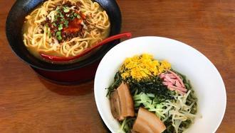 まろやかなスープのタコスそば(左)とさわやかな酸味の冷やし中華(右)