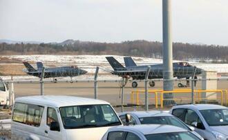 青森空港に緊急着陸した航空自衛隊三沢基地に所属するF35Aステルス戦闘機2機=24日午後4時21分