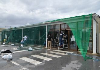 ガラス片などの作業に追われた「島の駅みやこ」のスタッフたち=6日午前9時25分ごろ、宮古島市平良久貝